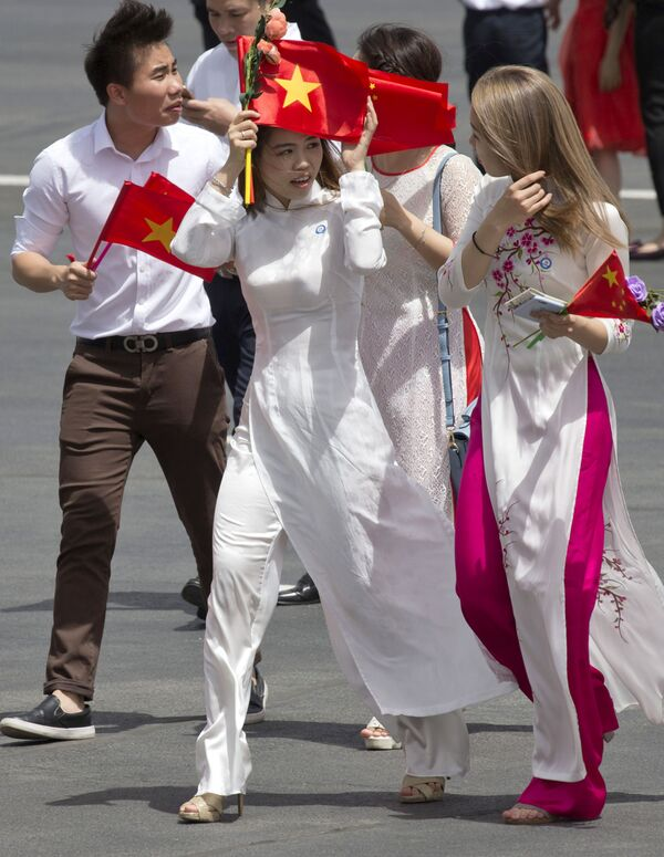 Phái đoàn chào đón Chủ tịch  nước Việt Nam Trần Đại Quang tại sân bay Bắc Kinh - Sputnik Việt Nam