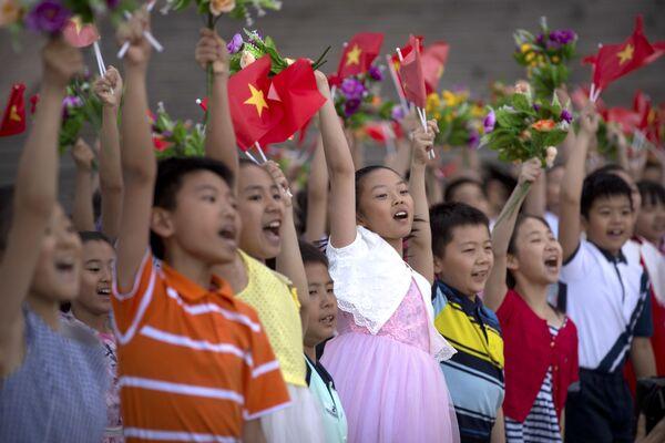 Học sinh Trung Quốc hoan nghênh đón chào các nhà lãnh đạo Việt Nam và Trung Quốc ở Bắc Kinh - Sputnik Việt Nam