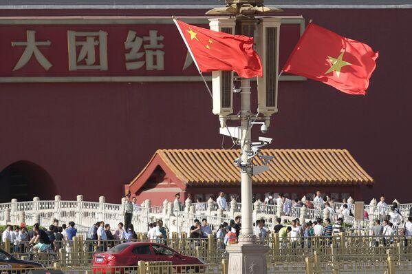 Quốc kỳ Trung Quốc và Việt Nam tại Bắc Kinh trong chuyến thăm Trung Quốc của Chủ tịch nước Việt Nam Trần Đại Quang - Sputnik Việt Nam