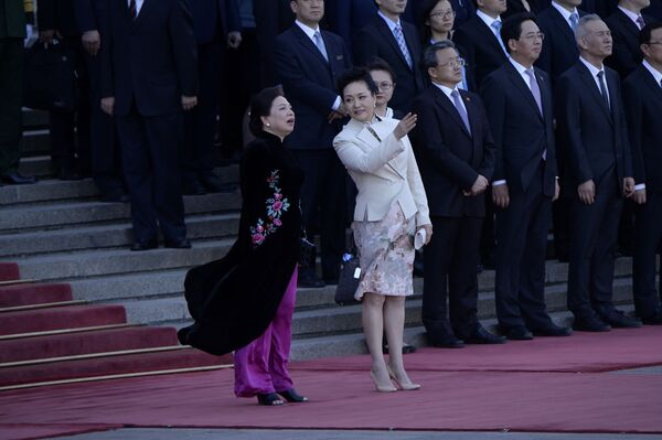 Phu nhân  nhà lãnh đạo Việt Nam và Phu nhân  nhà lãnh đạo Trung Quốc trong chuyến thăm chính thức của Chủ tịch  nước Việt Nam Trần Đại Quang ở Bắc Kinh. - Sputnik Việt Nam