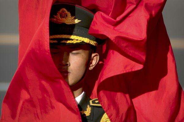 Cảnh vệ với cờ nghi thức trong lễ đón Chủ tịch nước Việt Nam Trần Đại Quang ở Trung Quốc - Sputnik Việt Nam