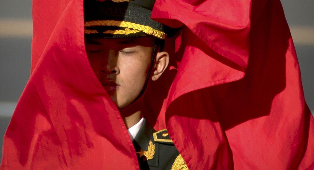 Đội Cảnh vệ với cờ nghi thức trong lễ đón Chủ tịch nước Việt Nam Trần Đại Quang  ở Trung Quốc