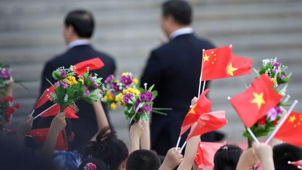 Quốc kỳ Việt Nam và Trung Quốc tung bay ở Bắc Kinh trong lễ chào đón Chủ tịch Việt Nam Trần Đại Quang tại sân bay Bắc Kinh - Sputnik Việt Nam