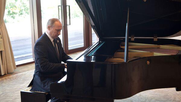Tổng thống Putin chơi piano trong khi chờ ông Tập Cận Bình - Sputnik Việt Nam