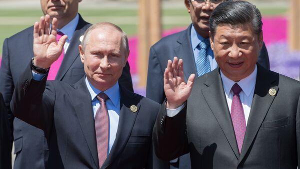 Президент РФ Владимир Путин и председатель КНР Си Цзиньпин на церемонии совместного фотографирования участников круглого стола Международного форума Один пояс, один путь - Sputnik Việt Nam