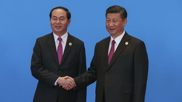Chinese President Xi Jinping, right, shakes hands with Vietnamese President Tran Dai Quang during the welcome ceremony for the Belt and Road Forum - Sputnik Việt Nam