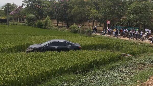 Hiện trường vụ tai nạn xe Camry tông chết 3 học sinh tại Quế Võ - Sputnik Việt Nam