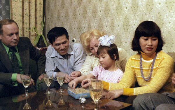 Các thành viên phi hành đoàn tàu vũ trụ Soyuz-37, Viktor Gorbatko hai lần Anh hùng Liên Xô và Anh hùng Việt Nam Phạm Tuân. - Sputnik Việt Nam