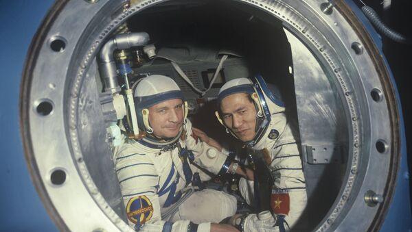 Các thành viên phi hành đoàn tàu vũ trụ Soyuz-37, Viktor Gorbatko hai lần Anh hùng Liên Xô và Anh hùng Việt Nam Phạm Tuấn. - Sputnik Việt Nam