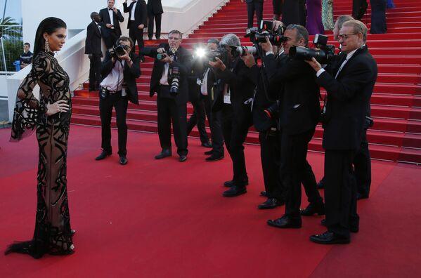 Người mẫu Kendall Jenner tạo dáng tại Liên hoan phim Cannes thứ 69 năm 2016 - Sputnik Việt Nam