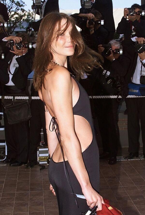 Siêu người mẫu, nhà thơ, ca sĩ và nhạc sĩ Carla Bruni tại Liên hoan phim Cannes lần thứ 52. Năm 1999 - Sputnik Việt Nam