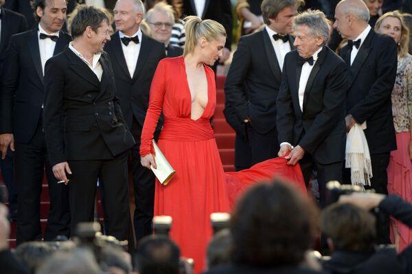 Đạo diễn người Pháp Roman Polanski (bên phải) và vợ ông là Emmanuelle Seigner trên thảm đỏ tại Liên hoan phim Cannes. 2013 - Sputnik Việt Nam