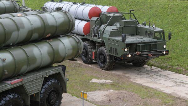 Dàn phóng tự hành của hệ thống S-400 đến vị trí hỏa lực. - Sputnik Việt Nam
