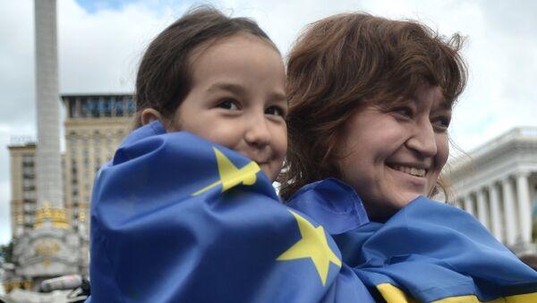 Флешмоб в честь вступления Украины в ЕС - Sputnik Việt Nam
