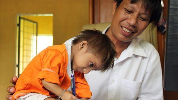 Cậu bé tí hon hơn 3 kg được thầy hiệu trưởng trường Tiểu học Sơn Ba trực tiếp chăm sóc, dạy học - Sputnik Việt Nam