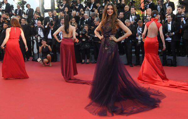 Nữ diễn viên và người mẫu Ấn Độ Deepika Padukone trên thảm đỏ khai mạc Liên hoan phim Cannes lần thứ 70. - Sputnik Việt Nam