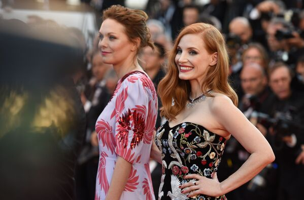 Thành viên ban giám khảo liên hoan, nữ diễn viên kiêm nhà sản xuất người Mỹ Jessica Chastain (bên phải) tại lễ khai mạc Cannes. - Sputnik Việt Nam