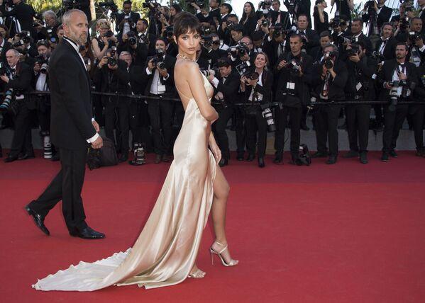 Người mẫu và nữ diễn viên Mỹ Emily Ratajkowski trên thảm đỏ Liên hoan phim Cannes - Sputnik Việt Nam