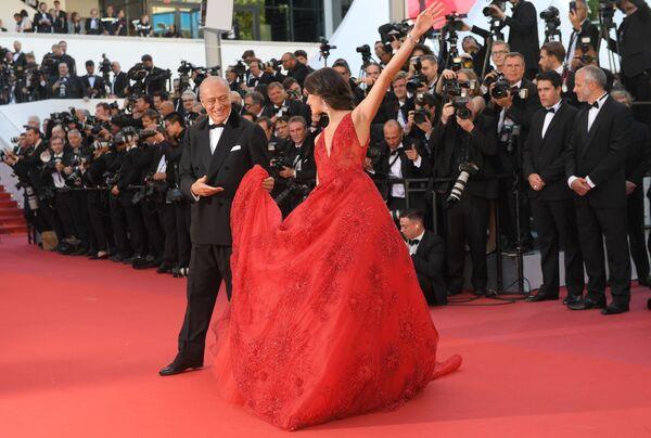 Trên thảm đỏ là Fawaz Gruosi chủ nhà trang sức De Grisogono và siêu người mẫu Bồ Đào Nha Sara Sampaio. - Sputnik Việt Nam