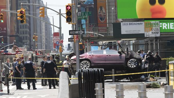 A car rests on a security barrier in New York's Times Square after driving through a crowd of pedestrians, injuring at least a dozen people, Thursday, May 18, 2017. - Sputnik Việt Nam