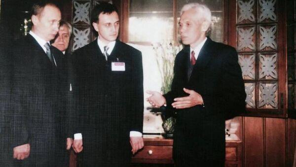 Ông Trần Viết Hoàn giới thiệu Khu Di tích Hồ Chí Minh với Tổng thống Vladimir Putin, 2001. - Sputnik Việt Nam