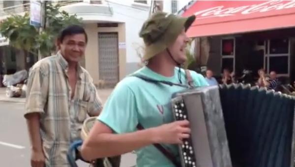 Chàng du khách Nga với cây phong cầm quậy vui ở Việt Nam (Video) - Sputnik Việt Nam