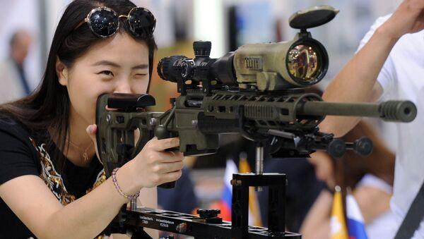 Một vị khách xem vũ khí xạ kích tại MILEX-2017. - Sputnik Việt Nam