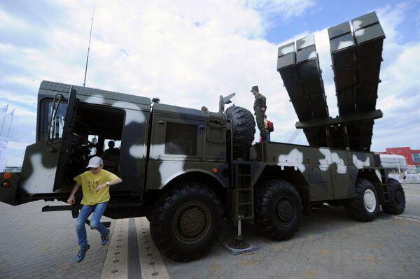 """""""Polonez""""- hệ thống dàn tên lửa phản lực do Belarus sáng chế - tại chỗ trưng bày các nguyên mẫu. - Sputnik Việt Nam"""