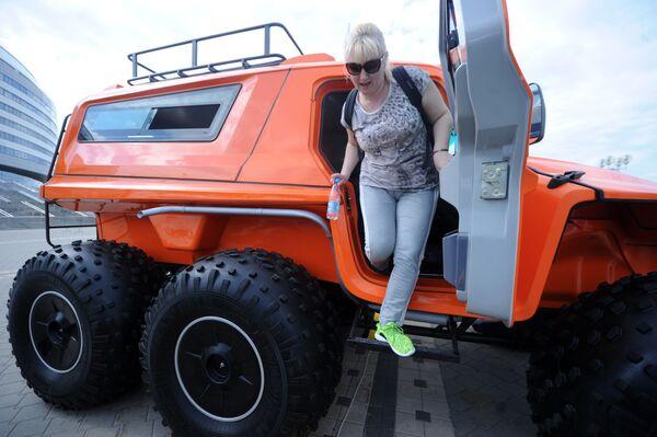 """Mẫu xe """"jeep thần kỳ"""" cực hợp với địa hình rừng và đầm lầy của Belarus khiến cả quí bà cũng phải quan tâm... - Sputnik Việt Nam"""