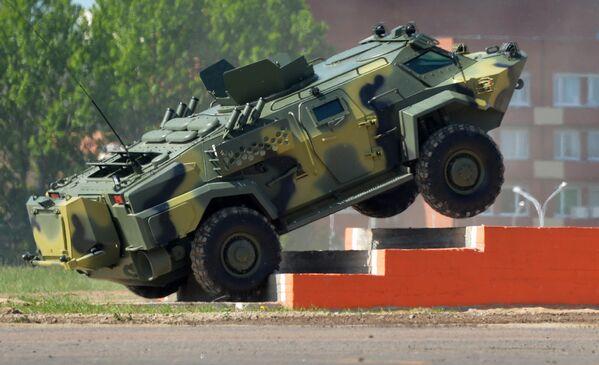 """Xe bọc thép trinh sát tuần tra """"Kaiman"""" của Belarus trưng bày tại Triển lãm MILEX-2017. - Sputnik Việt Nam"""