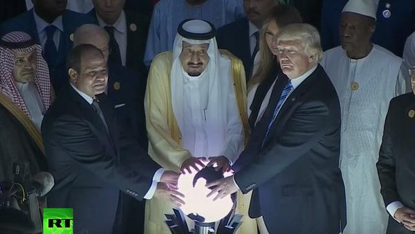 bức ảnh Donald Trump cùng với Vua Ả Rập Salman và Tổng thống Ai Cập Abdel Fattah al-Sisi đặt tay lên một quả bóng phát sáng bí ẩn trong cuộc gặp tại Riyadh - Sputnik Việt Nam