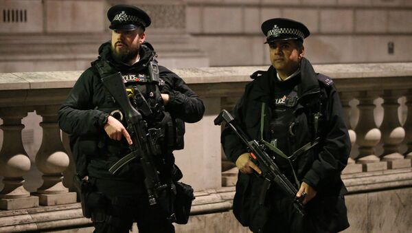 Armed British police officers stand on duty ahead of the New Year's celebrations, in central London. - Sputnik Việt Nam