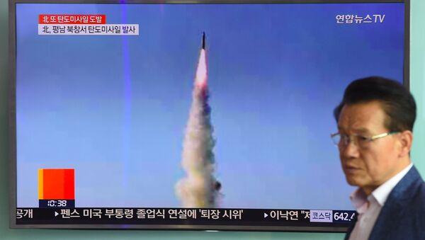 Телевизионный выпуск в Сеуле о запуске КНДР баллистической ракеты Pukguksong-2 - Sputnik Việt Nam