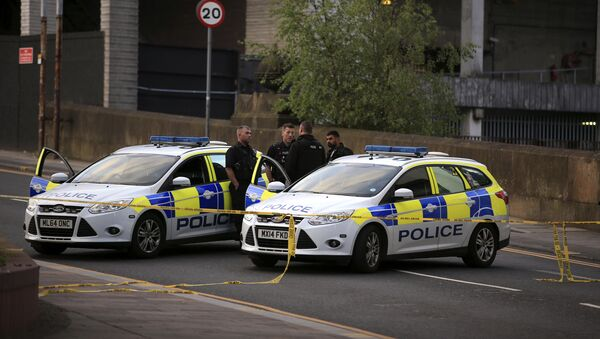 Police officers stand next to their vehicles near the Manchester Arena after a blast at Ariana Grande concert Tuesday May 23, 2017 - Sputnik Việt Nam
