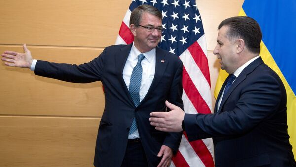 US Secretary of Defence Ash Carter (L) welcomes Ukraine's Defence Minister Stepan Poltorak (R) prior to a meeting at NATO headquarters in Brussels on June 15, 2016 - Sputnik Việt Nam