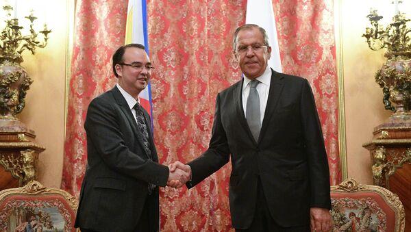 Bộ trưởng Ngoại giao Philippines Alan Piter Cayetano tại cuộc họp với Ngoại trưởng Nga Sergei Lavrov - Sputnik Việt Nam