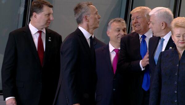Trump hích một cách thô bạo vào Thủ tướng Montenegro Dushko Markovic để tự chiếm chỗ trong hàng thứ nhất. - Sputnik Việt Nam