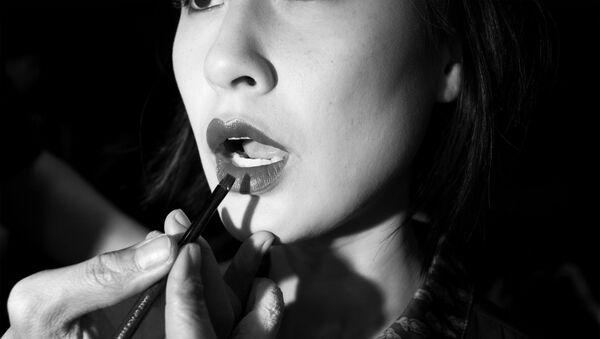 Nữ diễn viên người Mỹ gốc Việt Kathy Uyên sửa soạn biểu diễn trong show truyền hình ở Sài Gòn - Sputnik Việt Nam