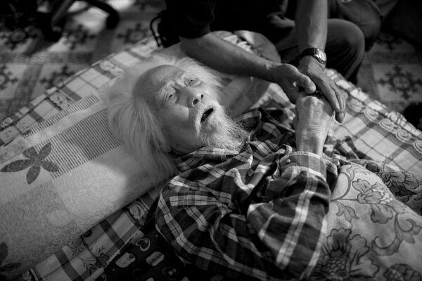 Cụ Võ An Ninh, người được coi là cha đẻ của nền nhiếp ảnh Việt Nam đang yếu dần sau khi bị một chiếc xe máy đâm vào vài năm trước - Sputnik Việt Nam