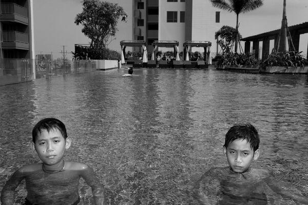 Ron và Chris trong hồ bơi của ba mẹ ở Sài Gòn - Sputnik Việt Nam