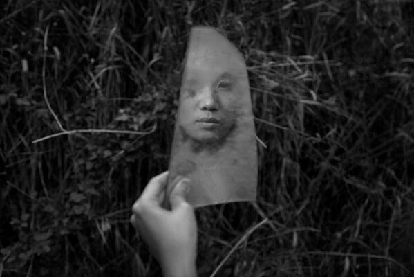 Nét mặt Ngân Nguyễn phản chiếu trong mảnh  gương ở một nơi hoang phế của Sài Gòn - Sputnik Việt Nam