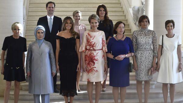 Trong hội nghị thượng đỉnh NATO tại Brussels, bạn đời của Thủ tướng Luxembourg Xavier Bettel là Gautier Destne đã chụp ảnh cùng các bà vợ của các nhà lãnh đạo liên minh. - Sputnik Việt Nam