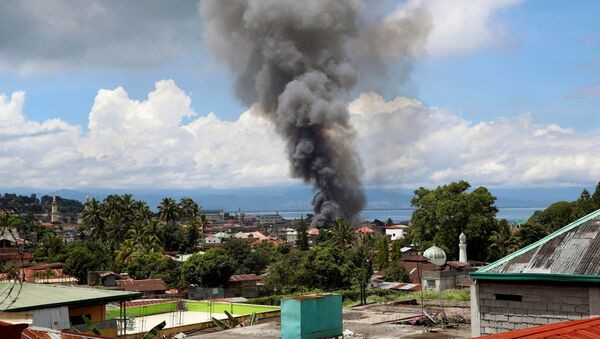 Дым от горящих домов в Марави из-за боевых действий между правительственными солдатами и группой боевиков на юге Филиппин - Sputnik Việt Nam