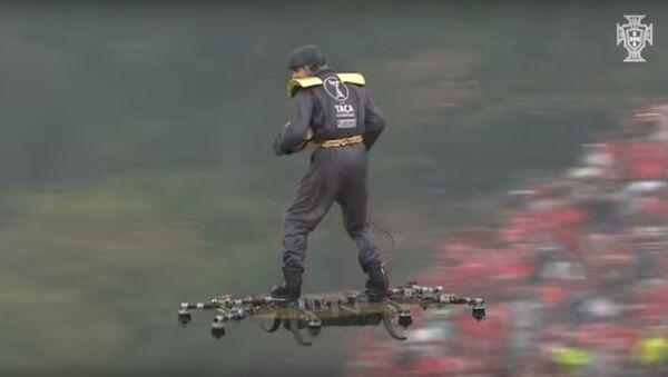 Người đàn ông bay bằng drone trên sân vận động nhặt bóng cho trọng tài - Sputnik Việt Nam