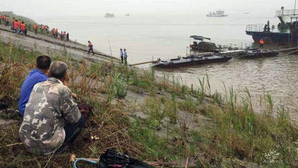 Cư dân theo dõi hoạt động tìm kiếm-cứu hộ trên sông Dương Tử - Sputnik Việt Nam