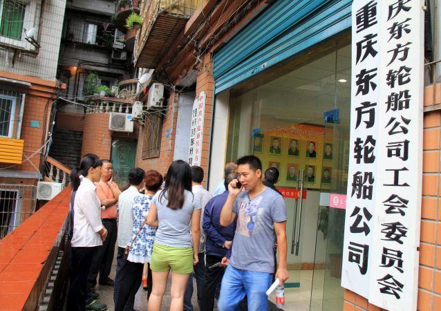 Người thân của các hành khách trên con tàu đắm ở Trung Quốc ngóng chờ thông tin