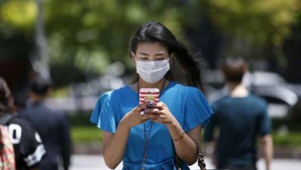 Một cô gái đeo khẩu trang ở Seoul - Sputnik Việt Nam