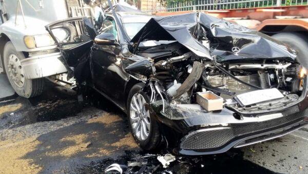 Ôtô Mercedes nát bươm sau tai nạn. - Sputnik Việt Nam