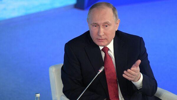 Russian President Vladimir Putin speaks at The Arctic: Territory of Dialogue forum in Arkhangelsk - Sputnik Việt Nam
