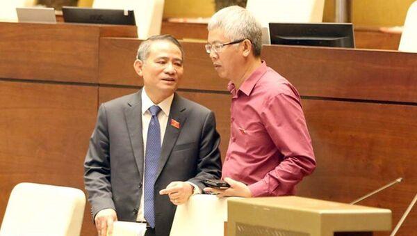 Bộ trưởng GTVT Trương Quang Nghĩa (trái) trao đổi với đại biểu Quốc hội - Sputnik Việt Nam